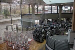 Bücherreihen in der Bibliothek am Luisenbad. Foto: Hensel