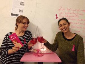 """Elisabeth und Zizi stoßen mit einem """"Be my Baby"""" auf das Projekt an"""