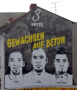 Gewachsen auf Beton. Wandbild der Boateng-Brüder. Foto (C) OTFW Berlin/Wikimedia Commons.