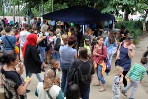 Gewusel: Viele Menschen standen vor dem Zuckerwattestand. Foto: D. Hensel