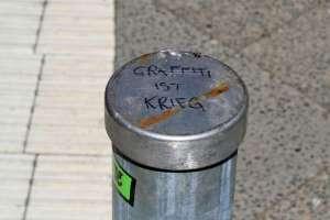 Grafiti ist Krieg. Mit Edding geschrieben. Foto Andrei Schnell.