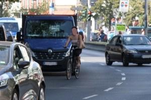 Radfahren auf der Badstraße dicht an der zweiten Reihe. Foto Andrei Schnell.