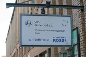 Dieses Schild in der Oudenarder Straße 16 ist bald veraltet. Foto Andrei Schnell.