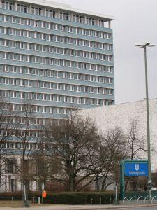 Der BVV-Saal befindet sich im Rathaus in der Karl-Marx-Allee. Foto Andrei Schnell.