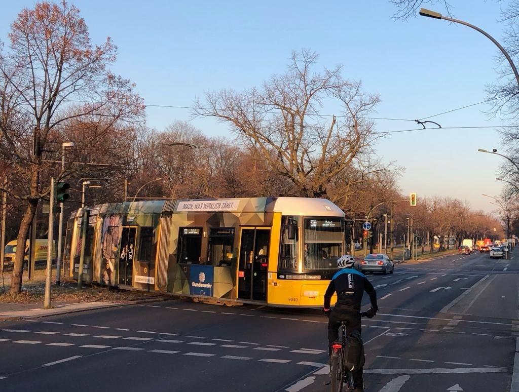 Eine Straßenbahn biegt ab
