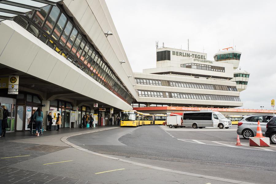 Bushaltestelle vor dem Hauptgebäude