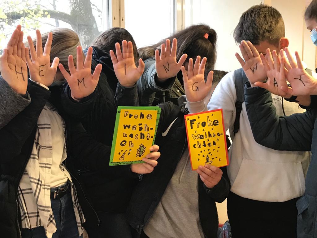 Schüler, die Weihnachtspost geschrieben haben