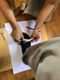 木型作成のために足を測定している写真