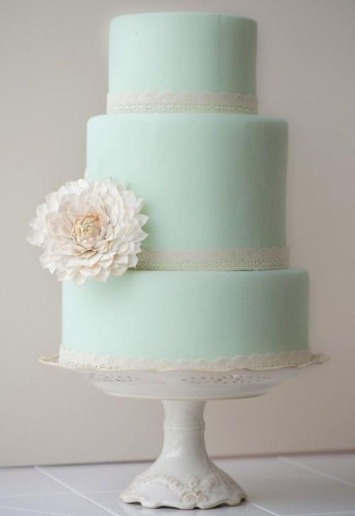 Svatební dort ozdobte kyticí