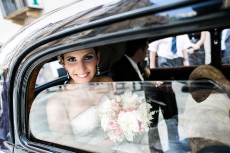 Vysmátá nevěsta cestou na obřad