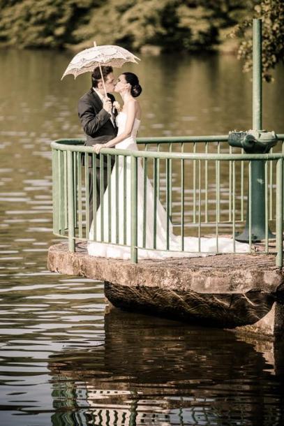 Novomanželský polibek nad řekou