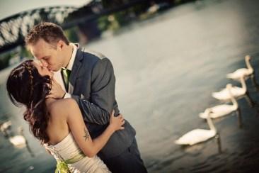 Polibek novomanželů u řeky