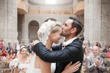 Novomanželská pusa v kostele