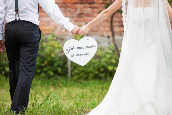 Novomanželské focení s dekoračním srdcem