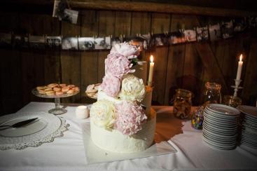 Trojpatrový svatební dort s pivoňkami