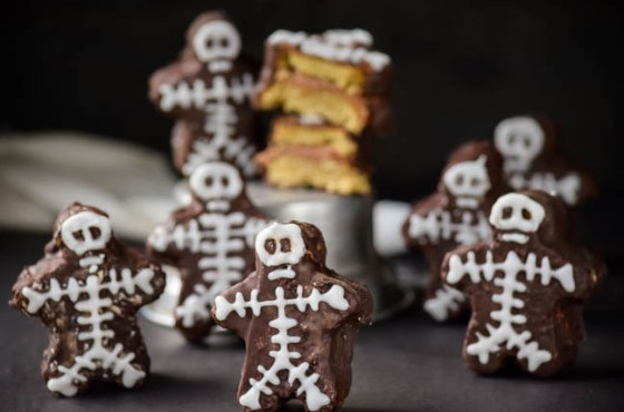 Nutella-Cream-Filled-Chocolate-Dipped-Skeleton-Mini-Cakes-12-650x429