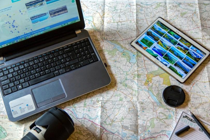 Reservation de voyage en ligne - Internet - Ordinateur - Carte - Appareil Photo