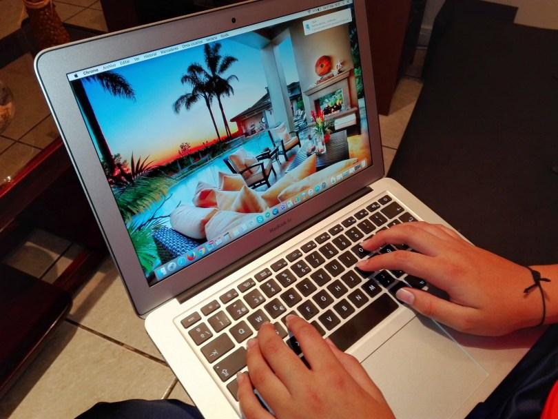 Reservation voyage en ligne sur internet avec un macbook
