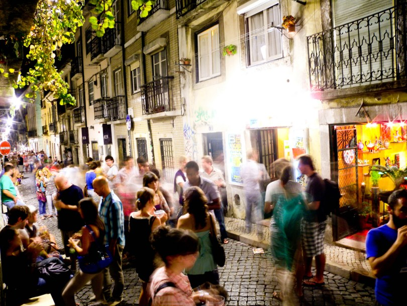 Rue du Bairro Alto le soir - Lisbonne