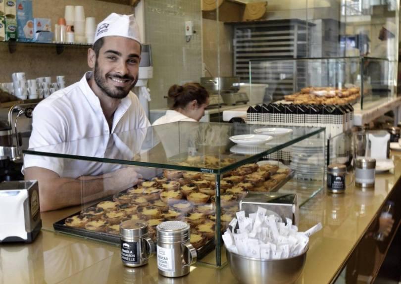 Comptoir et serveur de la Manteigaria - Lisbonne
