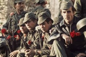 Militaires avec des oeillets rouges sur leur fusil - 25 avril 1974 - Lisbonne - Portugal