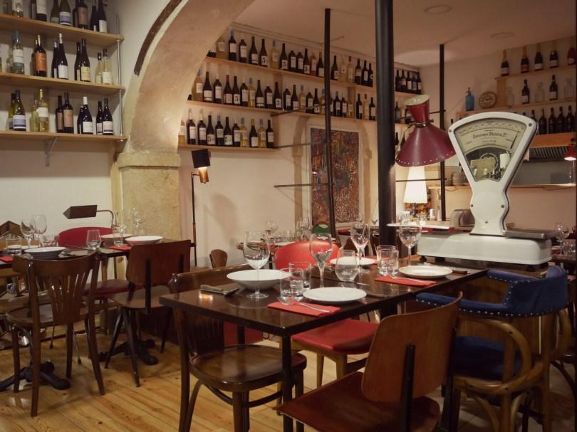 Salle du restaurant Legaaal de Lisbonne - Bairro Alto - Decoration eclectique