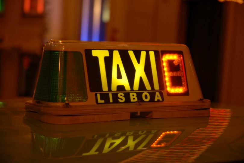 Enseigne Taxi Lisbonne - Photo flickr de jazz_night