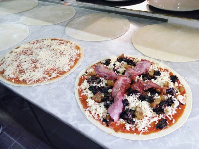Pizzas en preparation chez Luzzo Santa Marta - Lisbonne
