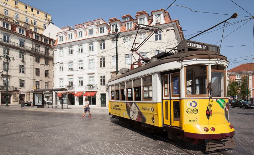 Tramway 25 et Hotel Corpo Santo en arriere plan - Largo Corpo Santo - Lisbonne