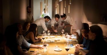 Table des convives et cuisiniers au service au restaurant Ceia - Hotel Santa Clara 1728 - Lisbonne