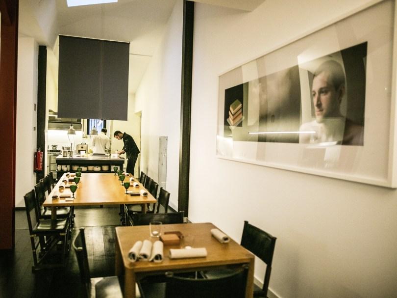 Salle et cuisine ouverte du restaurant Leopold - Hotel Palacio Belmonte - Lisbonne