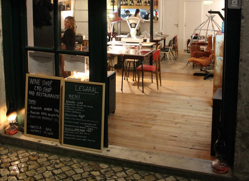 Entree du restaurant Legaaal avec menu de la semaine - Bairro Alto - Lisbonne