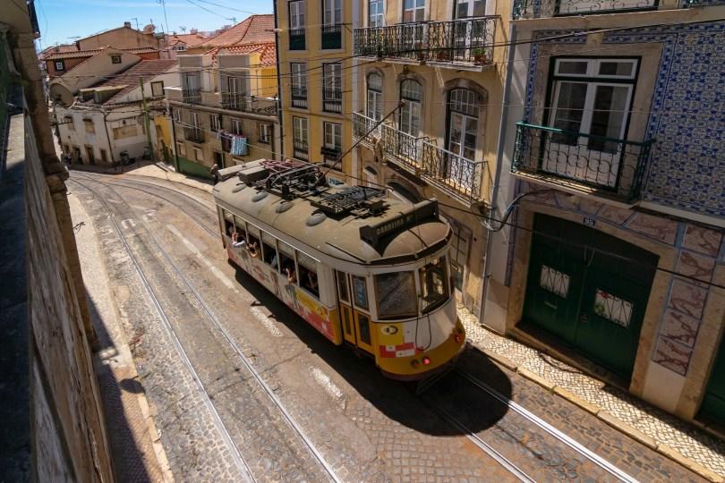 Tramway ancien dans une rue de Lisbonne