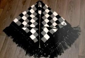 Een mooie omslagdoek met rits en 2 zakken op de hoeken