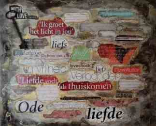 tekst uit tijschriften gescheurd en geplakt op canvas