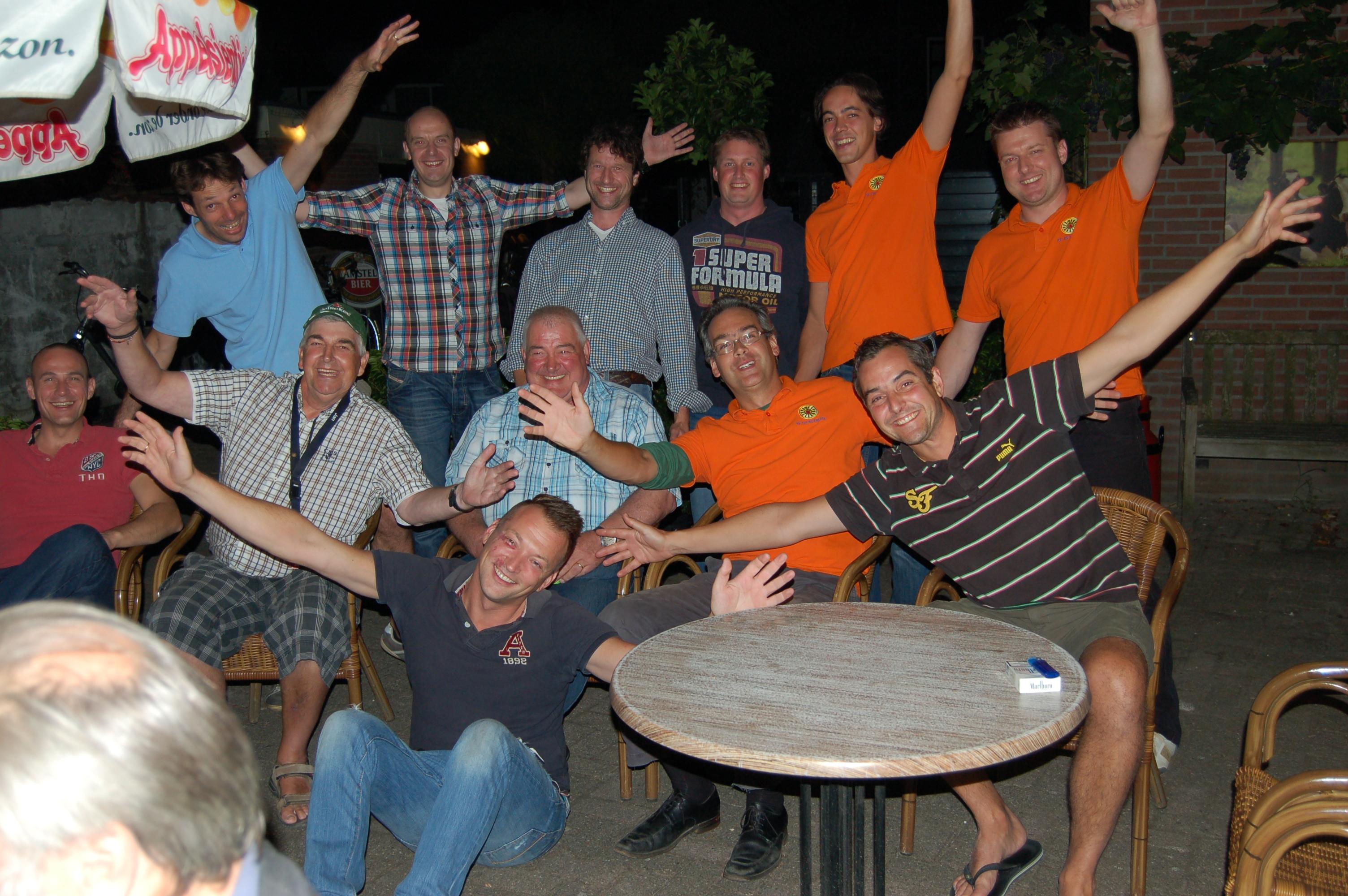 Ronde Tafel Woerden.Heren Van De Ronde Tafel Barbecue Foto S Online Weeshuis Woerden
