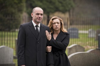 """Arrow -- """"Canary Cry"""" -- Image AR419b_0173b.jpg -- Pictured: Paul Blackthorne as Detective Quentin Lance and Alex Kingston as Dinah Lance -- Photo: Diyah Pera/The CW -- © 2016 The CW Network, LLC. All Rights Reserved."""