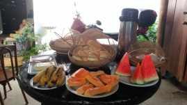 Frutas + Pan del día - Fresh fruits and bread