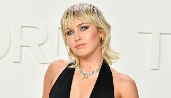 """Miley Cyrus """"width ="""" 2560 """"height ="""" 1463 """"/> </p data-recalc-dims="""