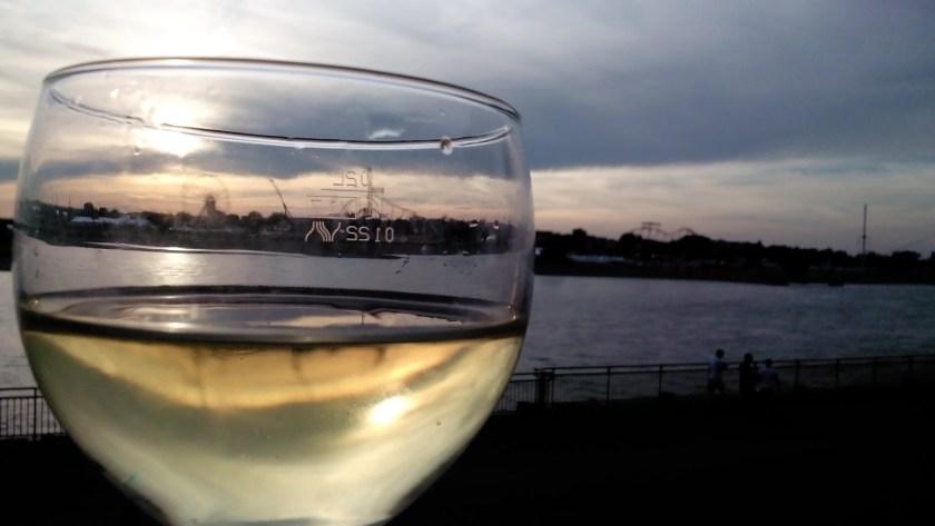 Ein Glas Wein am Rhein beim Frankreichfest.