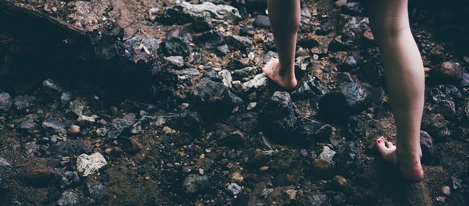 nackte Füße auf Steinen