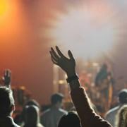 Menschen vor Bühne im Gegenlicht