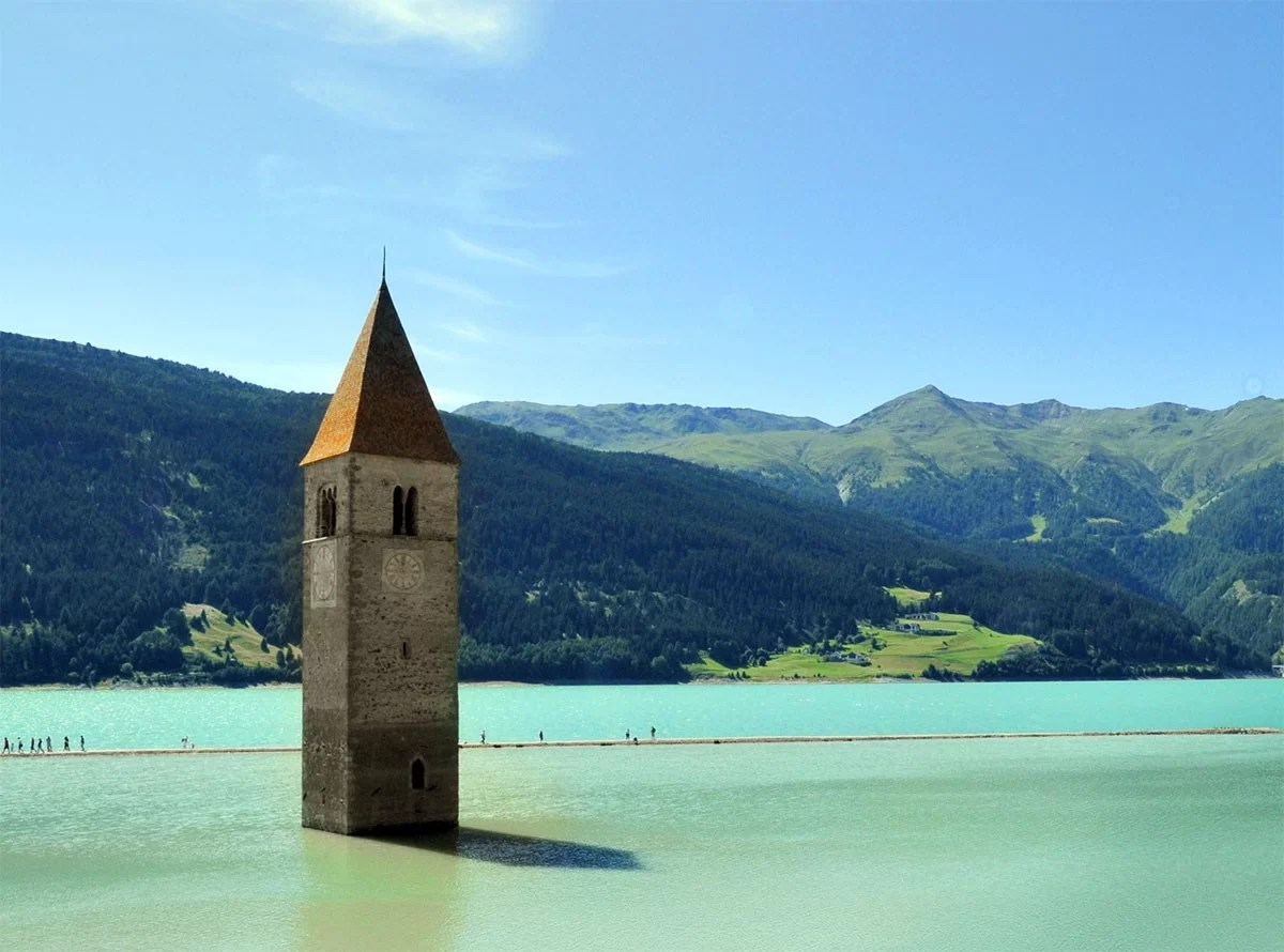 The-belltower-of-the-church-of-Curon-Venosta-(Graun-im-Vinschgau),-submerged-by-the-water-of-the-Lake-of-Resia