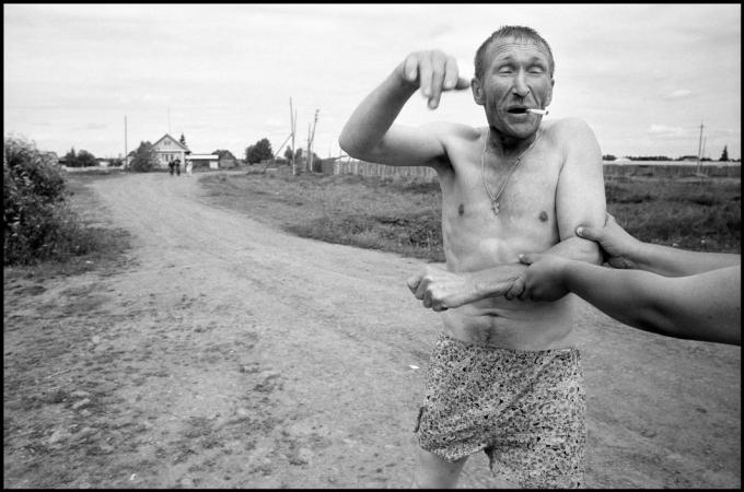 RUSSIA. 70 kilometers from Yekaterinenburg. 2010. Drunk man at picnic.