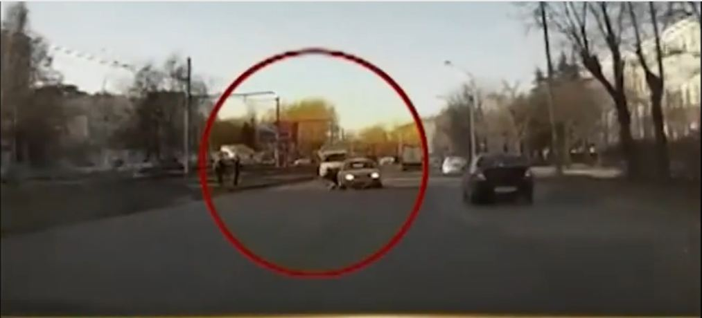 Insane Fad: Russian Kids Run in Front of Moving Cars On a Dare