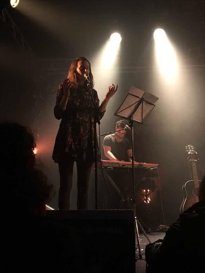 Emma du groupe Orouni sur scène. © : Weirdsound