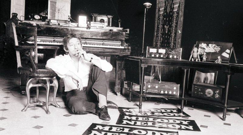 Serge Gainsbourg dans son hôtel particulier avec des affiches de Melody Nelson