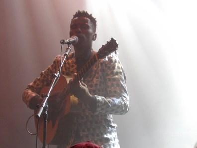 l'étoile montante de la musique folk sud-africaine Bongeziwe Mabandla le 6 avril 2019, sur la scène du club Riffx de la Seine Musicale pour le festival Chorus. ©: @saint_xsl1