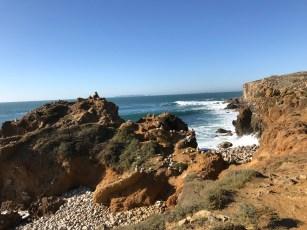 Küste und ausgewaschene Felsen