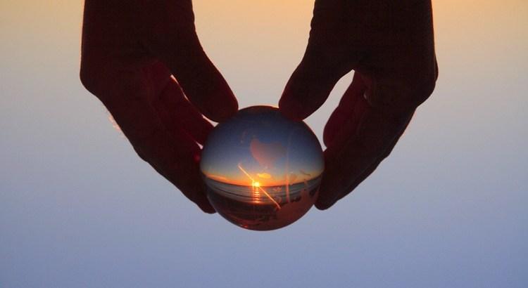 Es ist kaum zu glauben, daß sich in einer Zeit, in der sich augenscheinlich alles um Geld dreht, die Erde immer noch um die Sonne dreht. - Ernst Ferstl